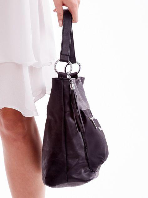 Czarna torba z kieszeniami i chwostem                              zdj.                              2