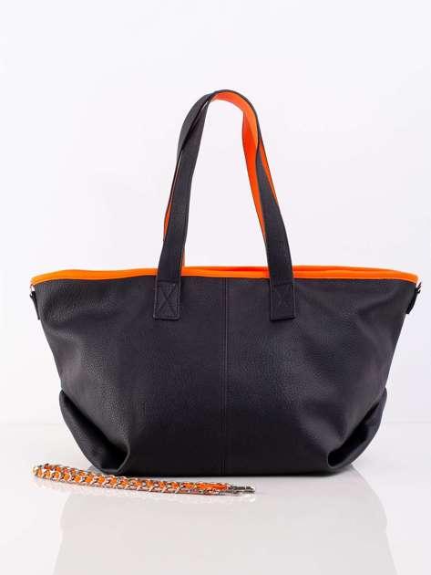 Czarna torba z ozdobnym paskiem