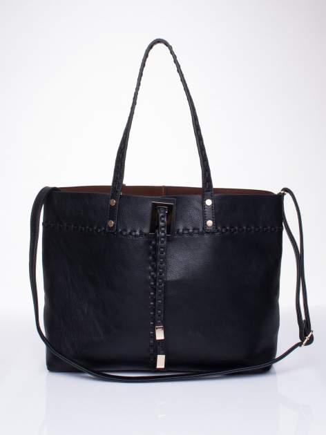 Czarna torba z przeplatanym paskiem
