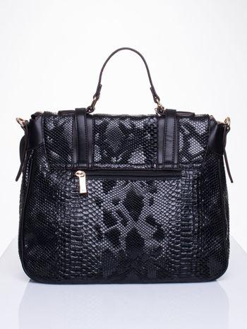 Czarna torba z zawieszką z motywem skóry węża                                  zdj.                                  2