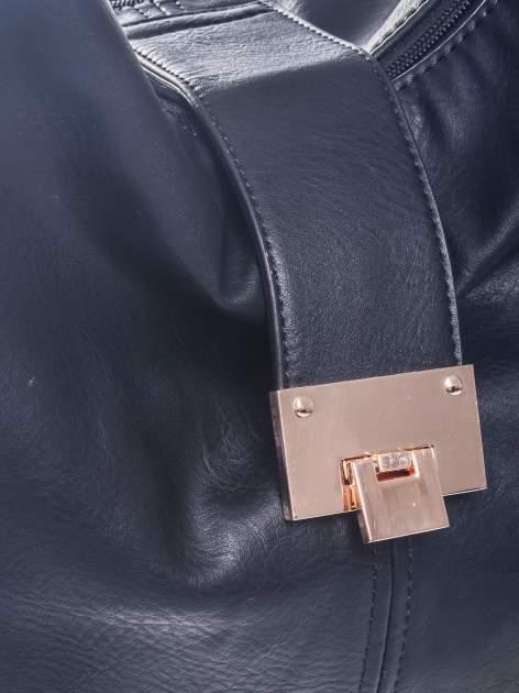 Czarna torebka hobo z zapięciem                                  zdj.                                  3