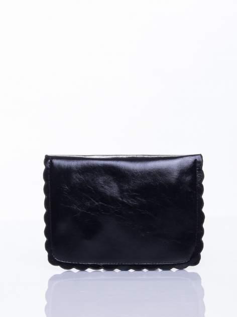 Czarna torebka listonoszka z falowanym wykończeniem                                  zdj.                                  4