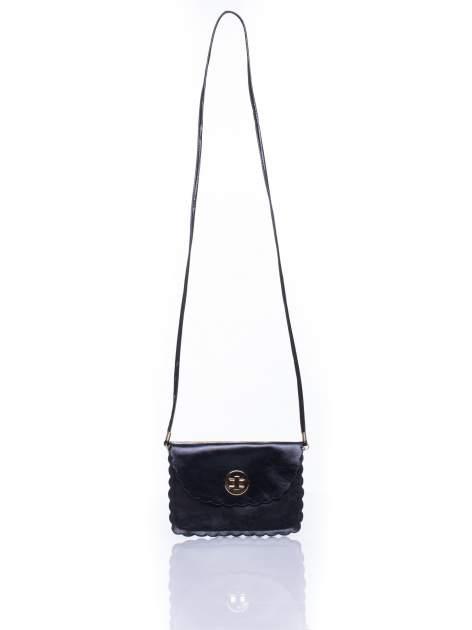 Czarna torebka listonoszka z falowanym wykończeniem                                  zdj.                                  5