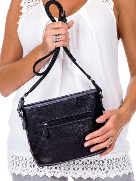 Czarna torebka listonoszka z plecioną wstawką                              zdj.                              4