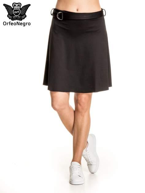 Czarna trapezowa spódnica z paskiem z klamrą