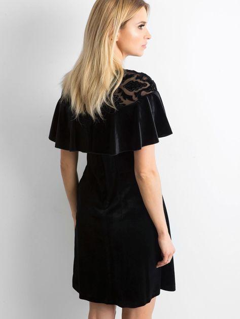 Czarna welurowa sukienka z falbaną                              zdj.                              2