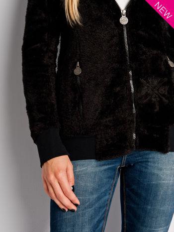 Czarna włochata bluza z kapturem i suwakami                                  zdj.                                  4