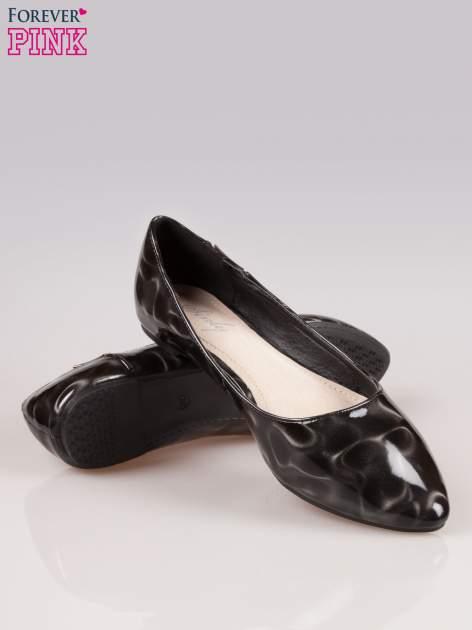 Czarne baleriny Jasmine ze smukłym noskiem i złotym detalem                                  zdj.                                  4
