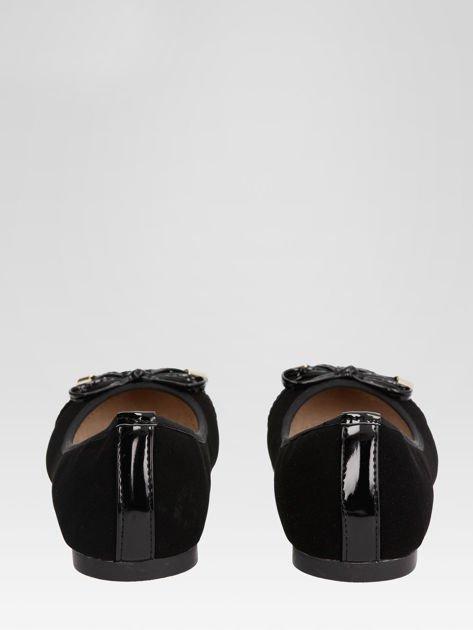 Czarne baleriny Scarlett z lakierowanym noskiem i kokardką                                  zdj.                                  3