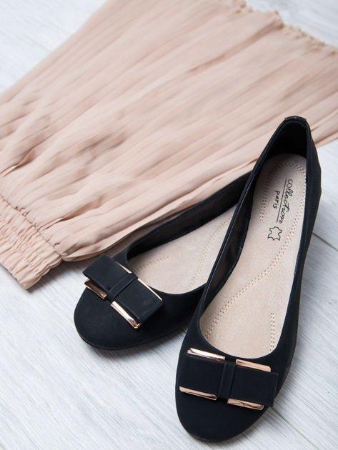 Czarne baleriny faux leather z metalową kokardką                                  zdj.                                  1