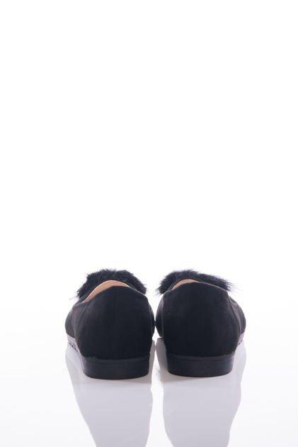 Czarne baleriny z lakierowanym przodem i ozdobnym puszkiem                              zdj.                              3
