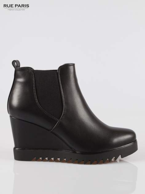 Czarne botki na koturnie z elastyczną wstawką