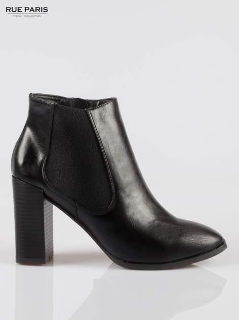 Czarne botki na słupku ze wstawką z elastycznej gumy                                  zdj.                                  1