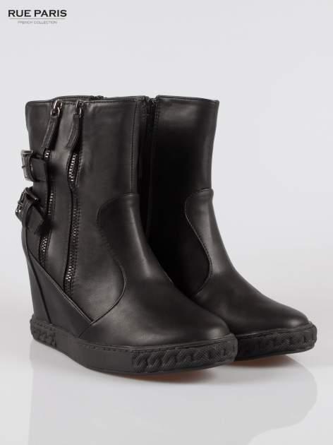 Czarne botki w stylu sneakersów z zamkami i klamrami                                  zdj.                                  2