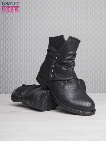 Czarne botki z guziczkami i asymetryczną cholewką za kostkę                                  zdj.                                  4