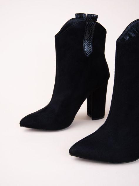 Czarne botki z noskiem w szpic i zwierzęcą wstawką po bokach                               zdj.                              4