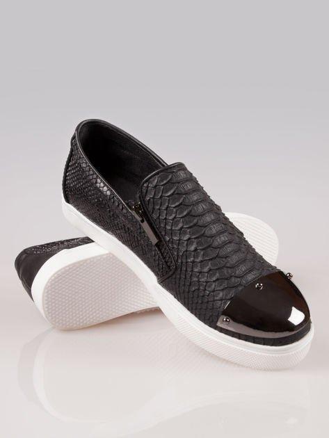 Czarne buty slip on Mia z efektem skóry krokodyla i srebrnym czubkiem                                  zdj.                                  4