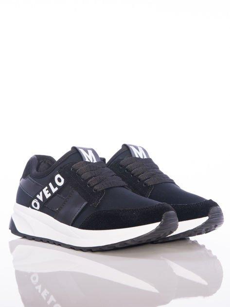 Czarne buty sportowe Rue Paris na sprężystej podeszwie z ozdobnymi napisami                                  zdj.                                  2