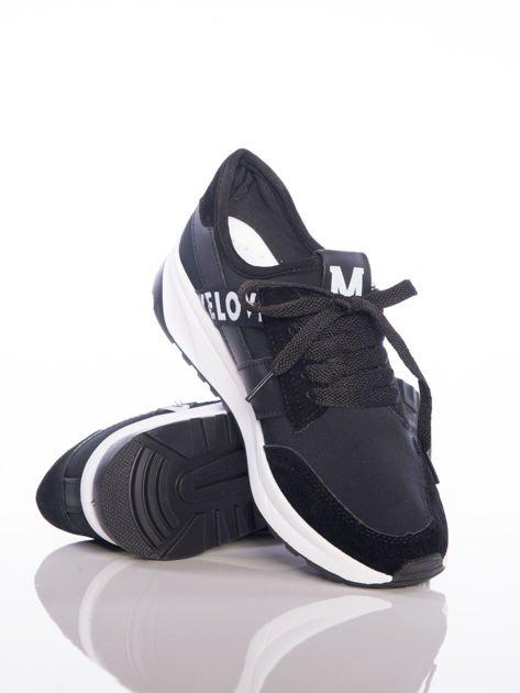 Czarne buty sportowe Rue Paris na sprężystej podeszwie z ozdobnymi napisami                              zdj.                              4