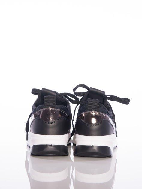 Czarne buty sportowe Rue Paris z ażurowymi wstawkami na przodzie i napisami                              zdj.                              3