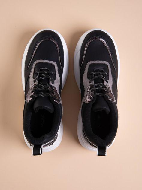 Czarne buty sportowe na podwyższeniu z błyszczącą wstawką i zwierzęcym motywem                              zdj.                              2