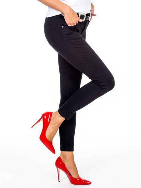 Czarne dopasowane spodnie damskie z paskiem                              zdj.                              2