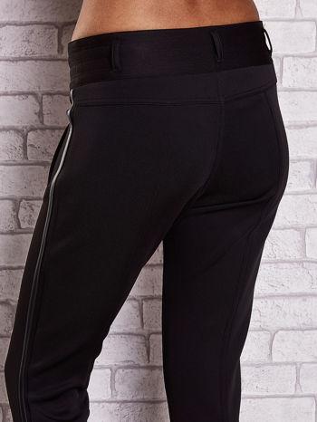 Czarne dopasowane spodnie ze skórzanym lampasem                                  zdj.                                  6