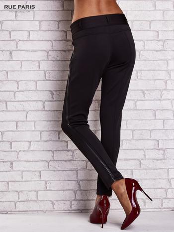 Czarne dopasowane spodnie ze skórzanym lampasem                                  zdj.                                  2