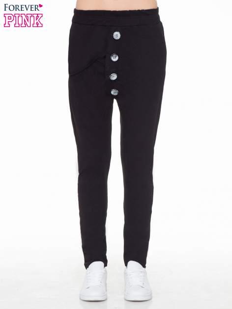 Czarne dresowe spodnie baggy z guzikami i ozdobnymi kieszonkami                                  zdj.                                  1