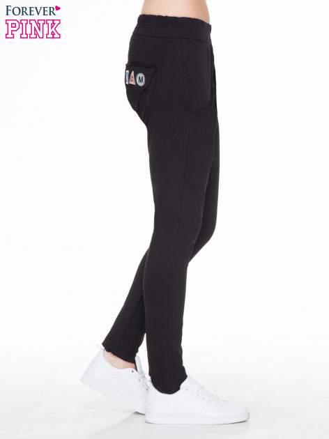 Czarne dresowe spodnie baggy z guzikami i ozdobnymi kieszonkami                                  zdj.                                  3