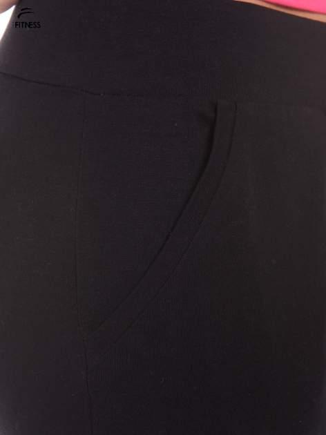 Czarne dresowe spodnie damskie ze ściągaczem i błyszczącym sznurkiem                                  zdj.                                  5