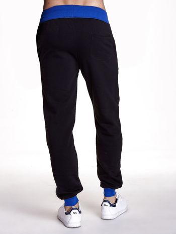 Czarne dresowe spodnie męskie z napisem CALIFORNIA i naszywką                                  zdj.                                  3