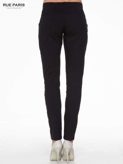 Czarne eleganckie spodnie dresowe z dżetami                                  zdj.                                  4