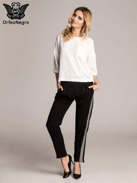 Czarne eleganckie spodnie dresowe z kontrastowym lampasem                                  zdj.                                  4