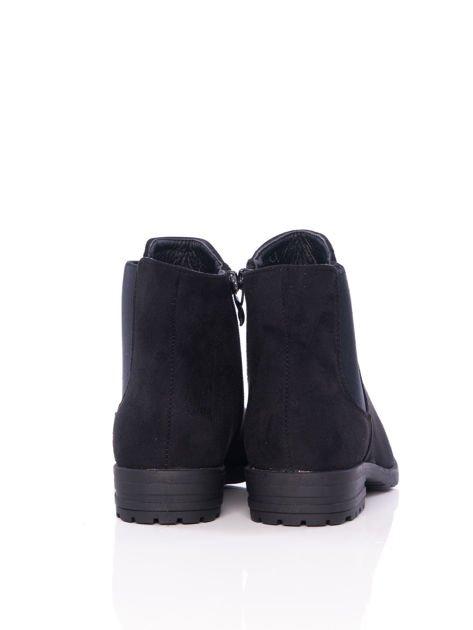 Czarne gładkie botki na płaskim obcasie z gumkowaną wstawką na boku cholewki                              zdj.                              3