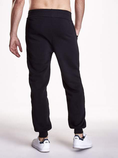 Czarne gładkie spodnie męskie z ociepleniem i kieszeniami                                  zdj.                                  3