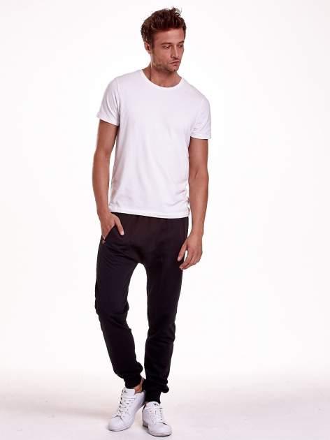 Czarne gładkie spodnie męskie ze skórzanymi wstawkami                                  zdj.                                  3