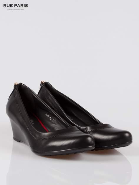 Czarne koturny faux leather Marisa ze złotym suwakiem z tyłu                                  zdj.                                  2