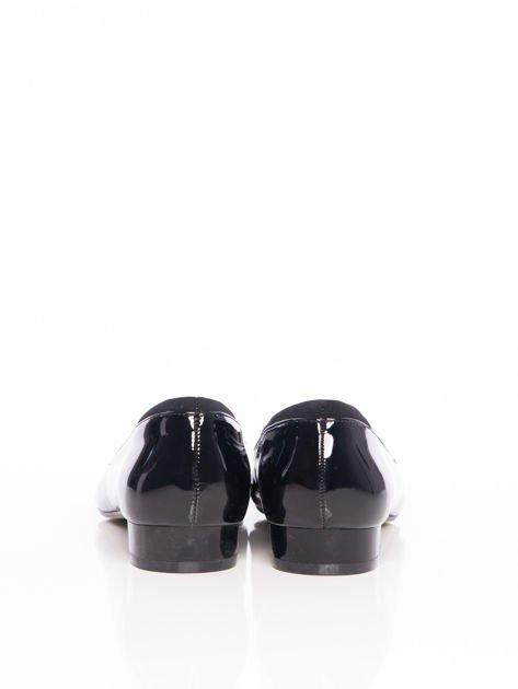 Czarne lakierowane baleriny z miękkim wykończeniem brzegów cholewki i kokardką na przodzie                              zdj.                              3
