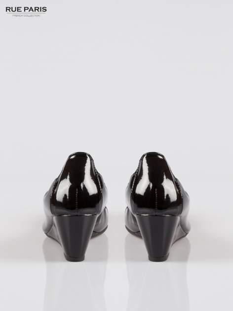 Czarne lakierowane koturny faux leather Martha z ozdobnym czubkiem                                  zdj.                                  3