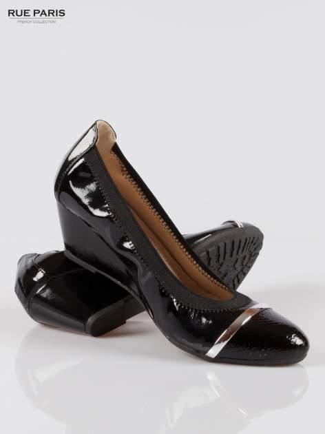 Czarne lakierowane koturny faux leather Martha z ozdobnym czubkiem                                  zdj.                                  4