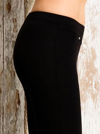 Czarne legginsy sportowe 3/4 z guziczkami                                  zdj.                                  5