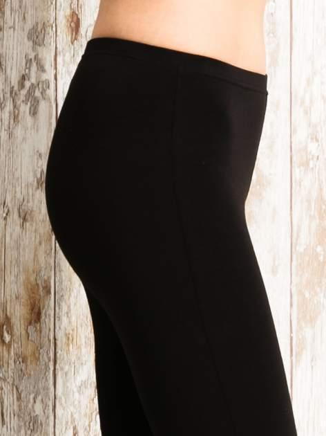 Czarne legginsy sportowe 3/4 z logo                                  zdj.                                  5