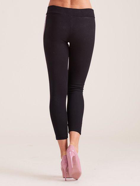 Czarne legginsy z jasnofioletowymi lampasami                              zdj.                              3