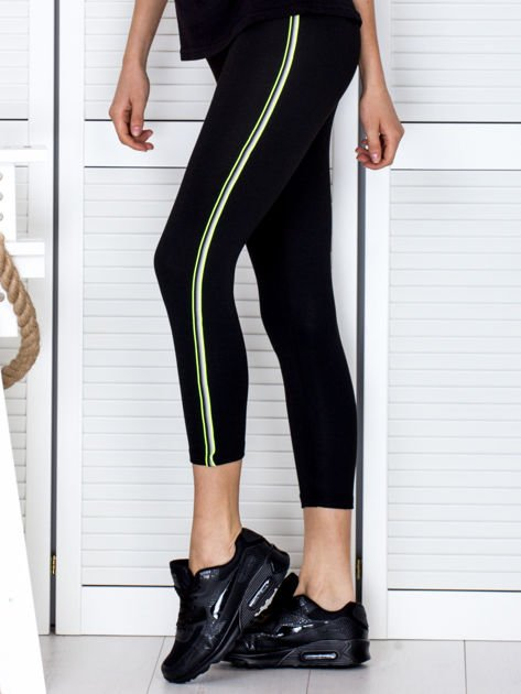 Czarne legginsy z kolorową taśmą z boku                              zdj.                              1