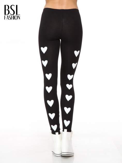 Czarne legginsy z nadrukiem serduszek z tyłu nogawek                                  zdj.                                  4