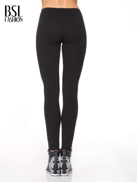Czarne legginsy z panelami z artystycznym nadrukiem                                  zdj.                                  4