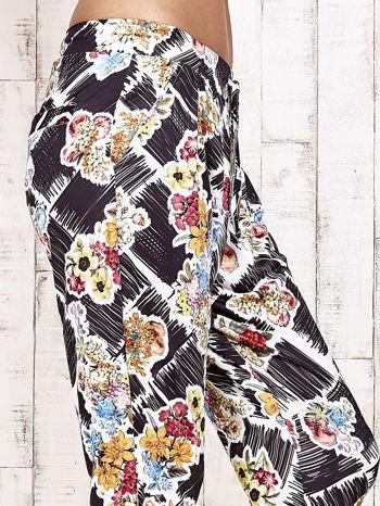 Czarne lejące spodnie z kwiatowym nadrukiem                                  zdj.                                  6