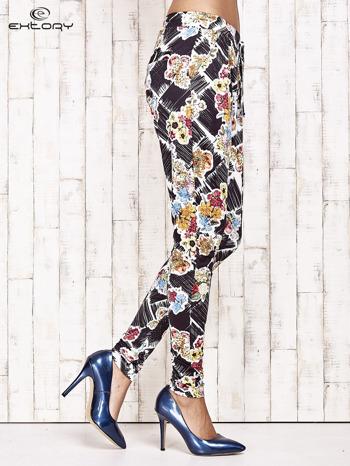 Czarne lejące spodnie z kwiatowym nadrukiem                                  zdj.                                  3