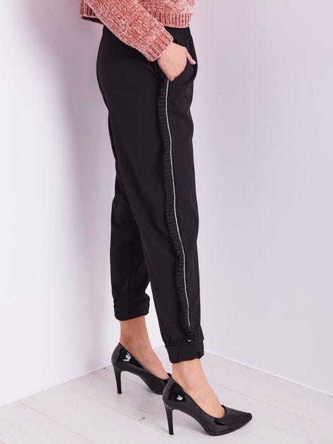 Czarne luźne spodnie z falbankami                              zdj.                              7
